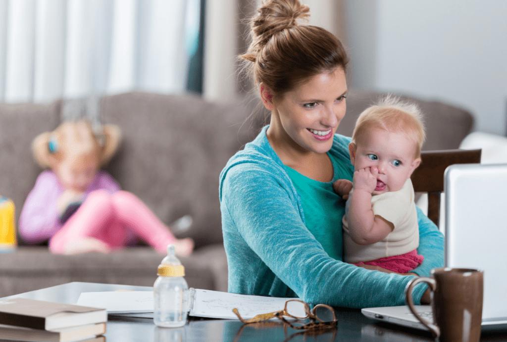 Als Mompreneur offen mit der Mutterschaft umgehen: Mutter mit zwei Kindern bei der Arbeit
