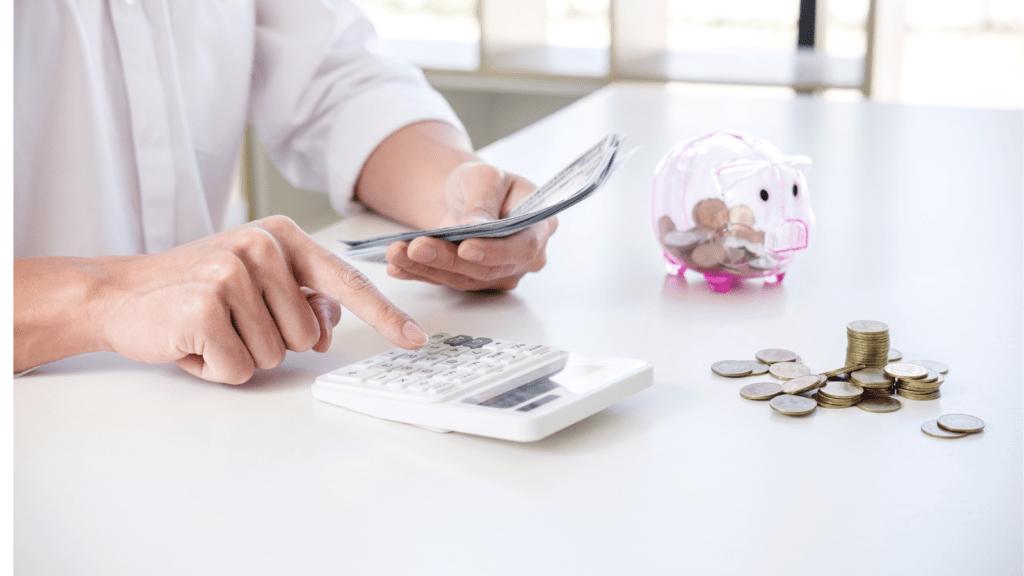Frau rechnet mit ihrem Einkommen